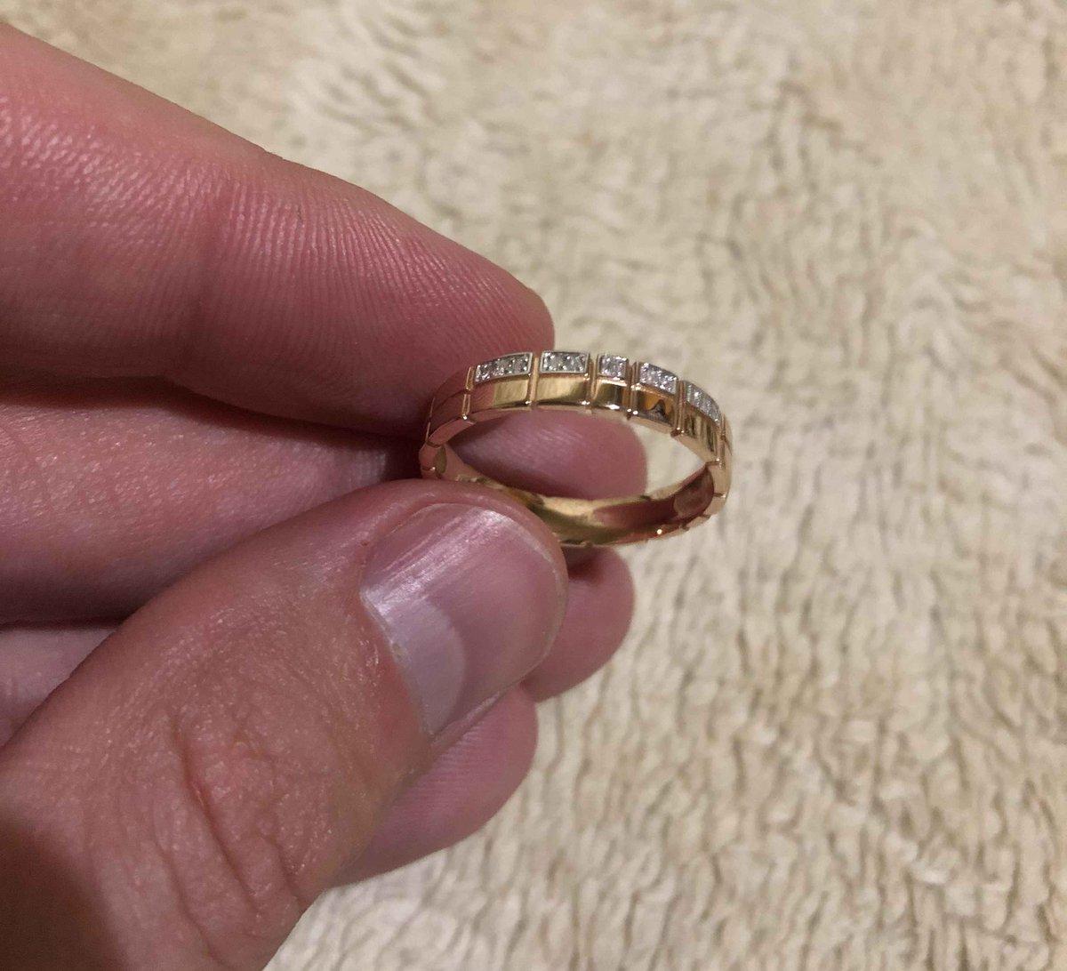 На первый взгляд выглядит просто, а на пальце шикарное кольцо.
