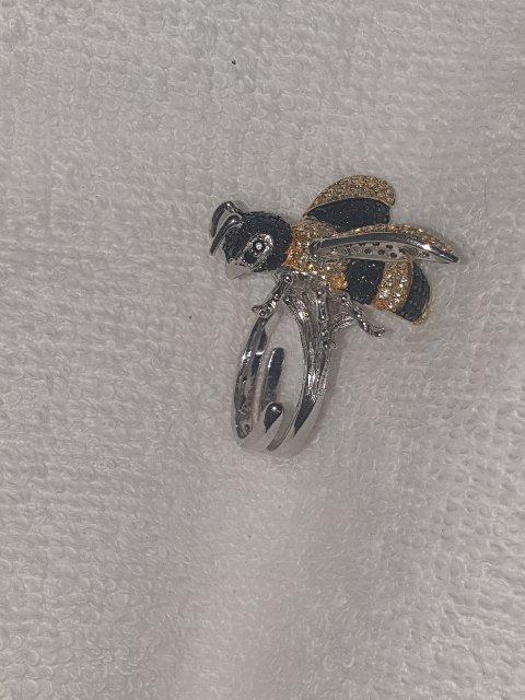 Пчела на палец