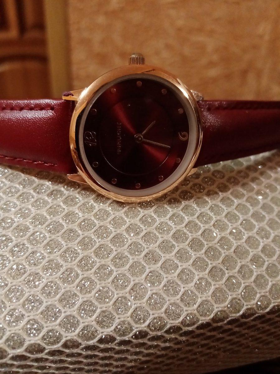 Стильные часы оригинального цвета
