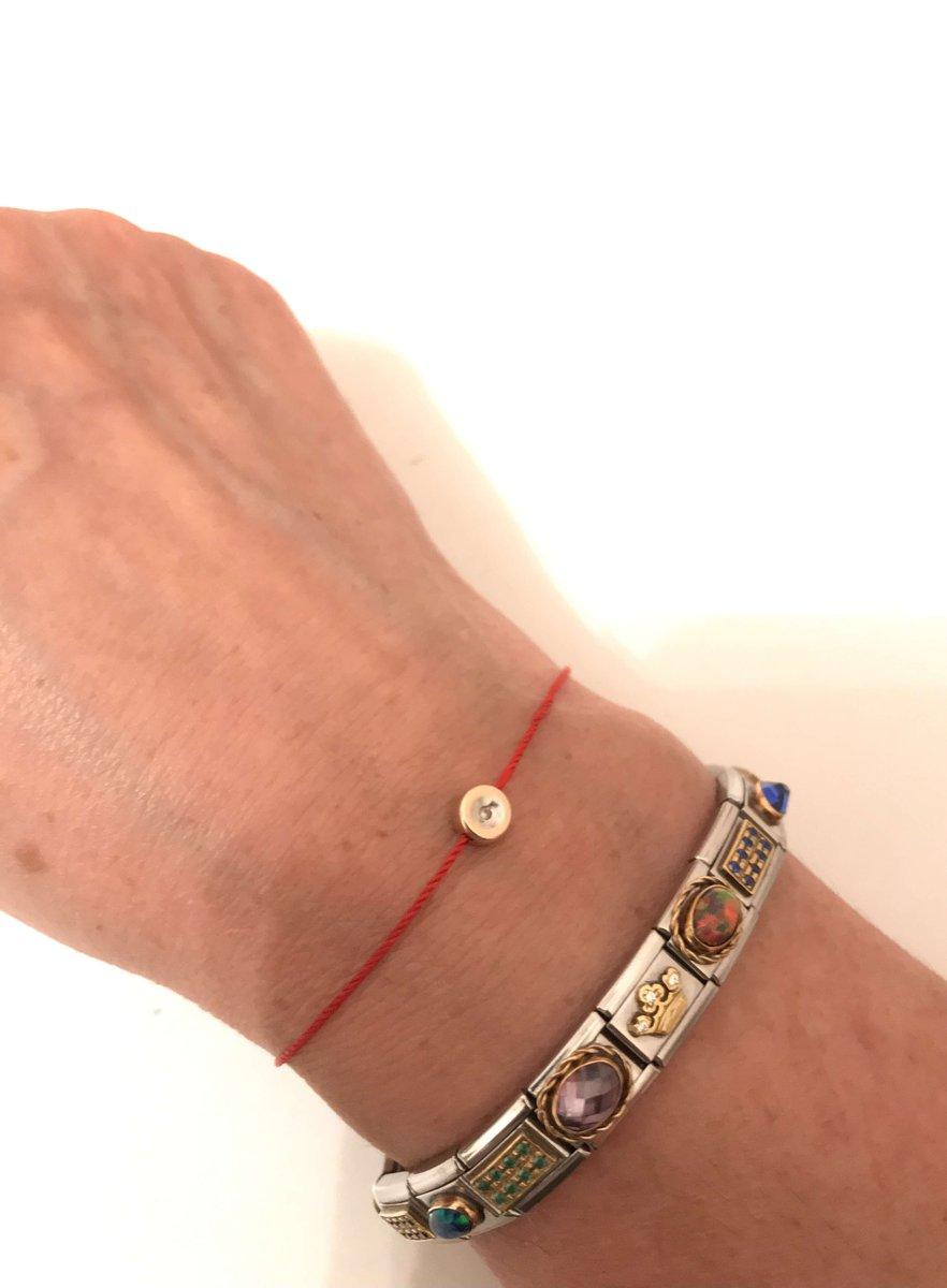 Золотой браслет на ниточке с бриллиантом