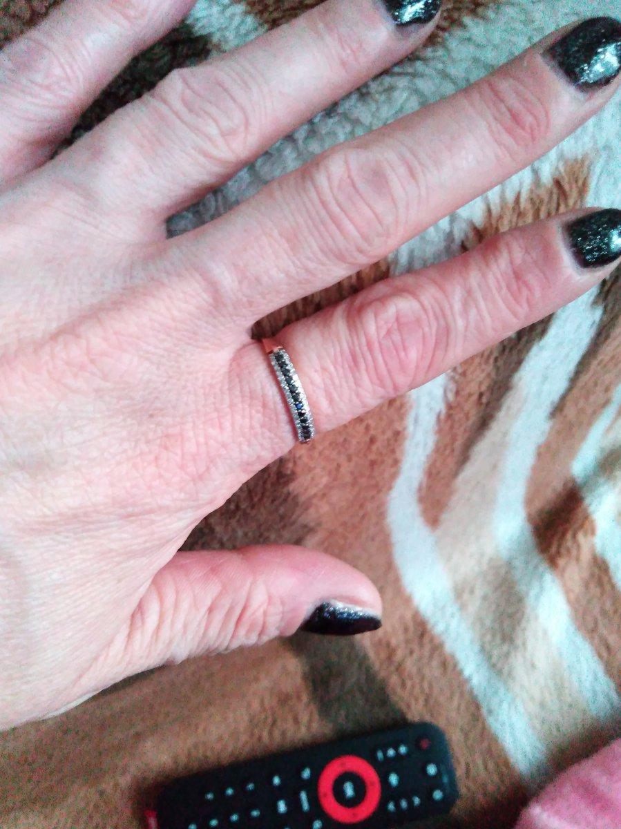 Купила кольцо с чёрными бриллиантами очень нравиться, элегантно смотрится,