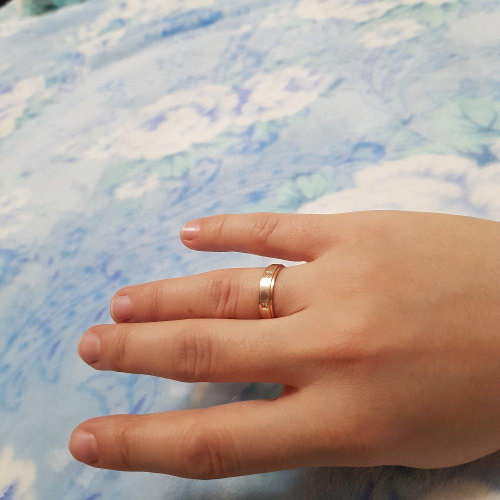 Золотое обручальное кольцо с бриллиантами.