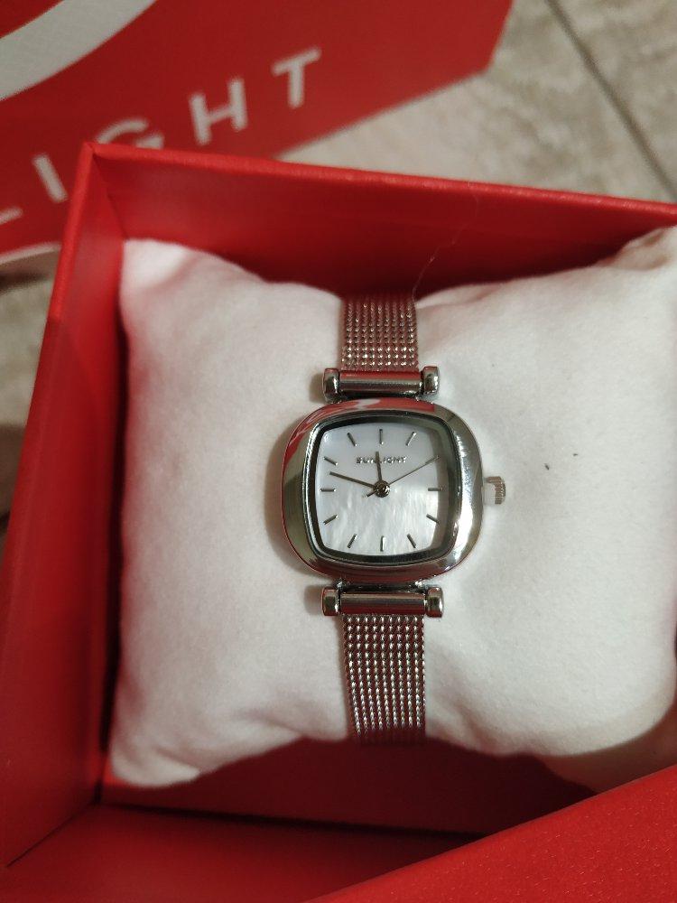 Красивые миниатюрные аккуратные часы