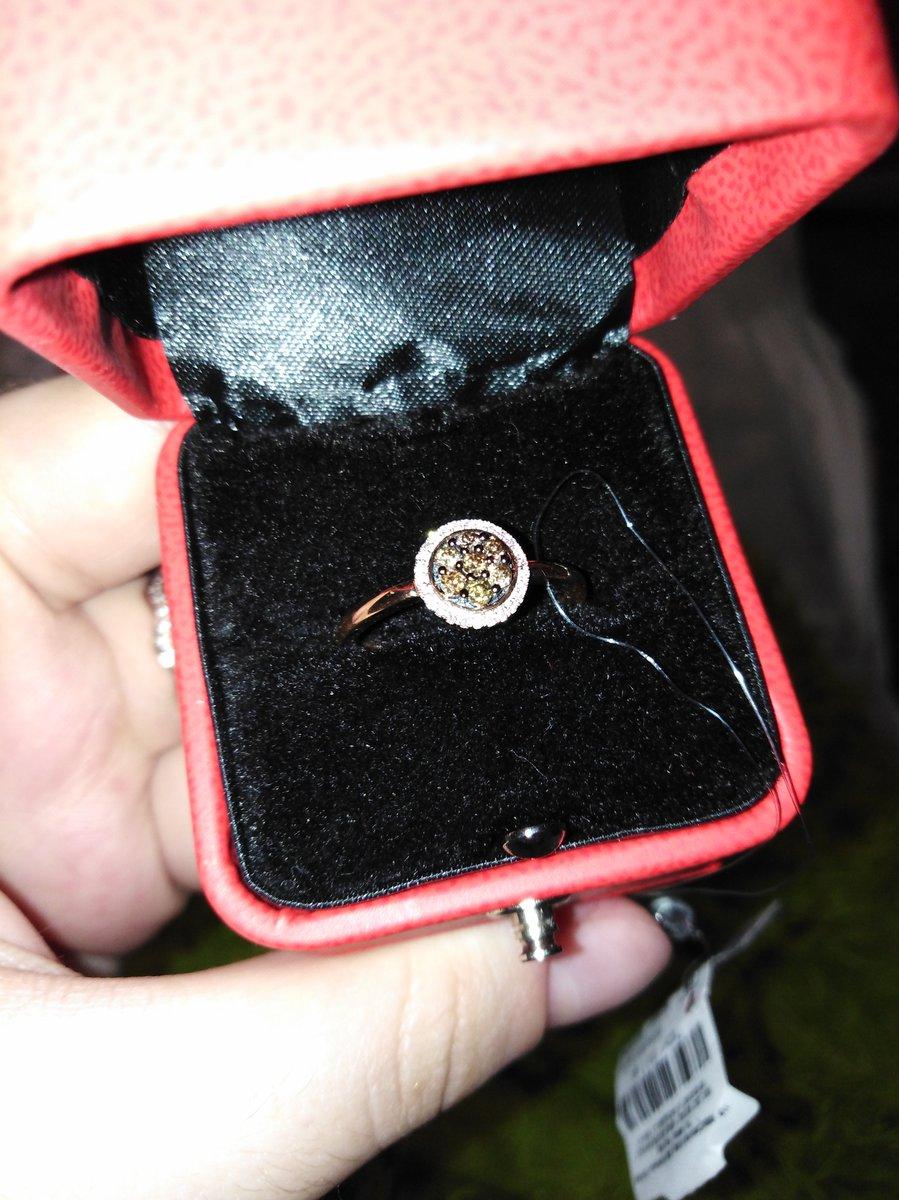 Давно хотела себе такое кольцо, увидев прекраснуй ценник, захотелось купит.