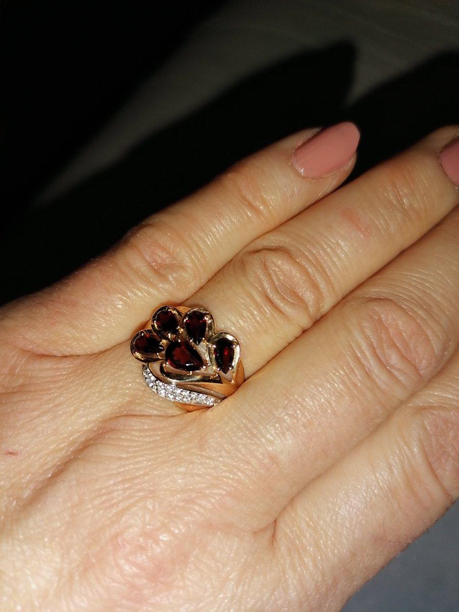 Золотое кольцо с гранатами и фианитами.