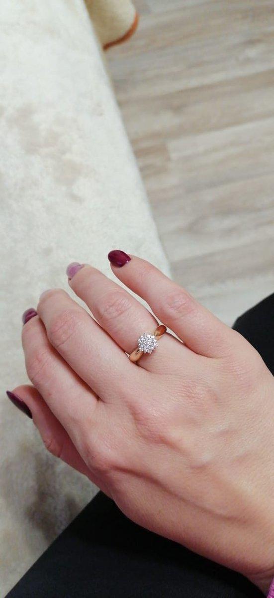 Очень красивое кольцо, покупал любимой,сама его выбрала, бриллианты супер!!