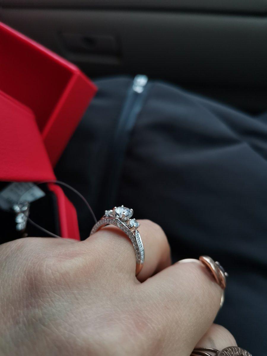 Подарил  жене на день рождение, прелестное кольцо.