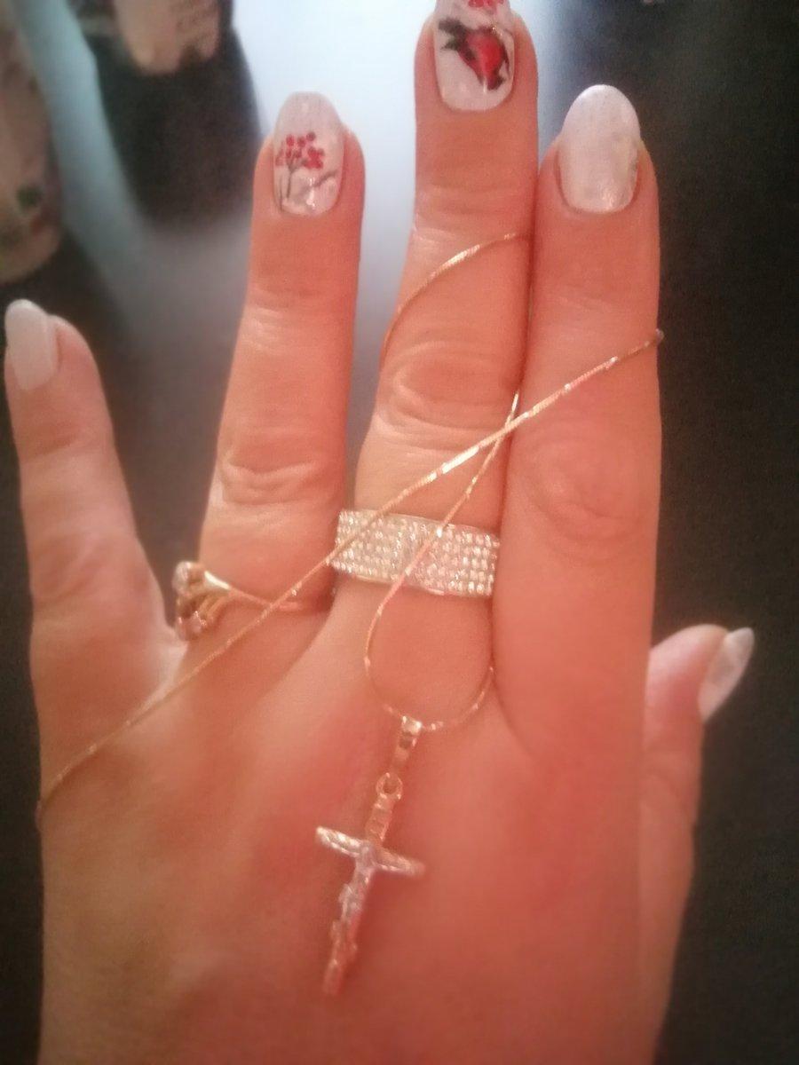 Смотрится восхитительно!!! что цепочка, что крестик. от золота не отличить.