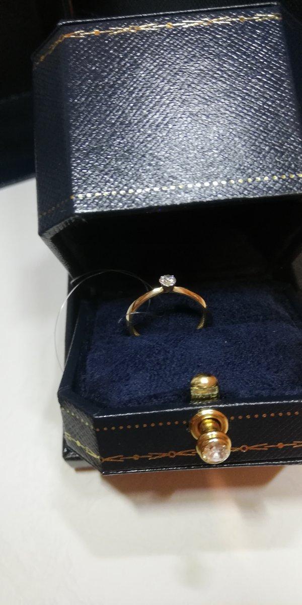 Классика, красивое колечко с бриллиантом, ничего лишнего.