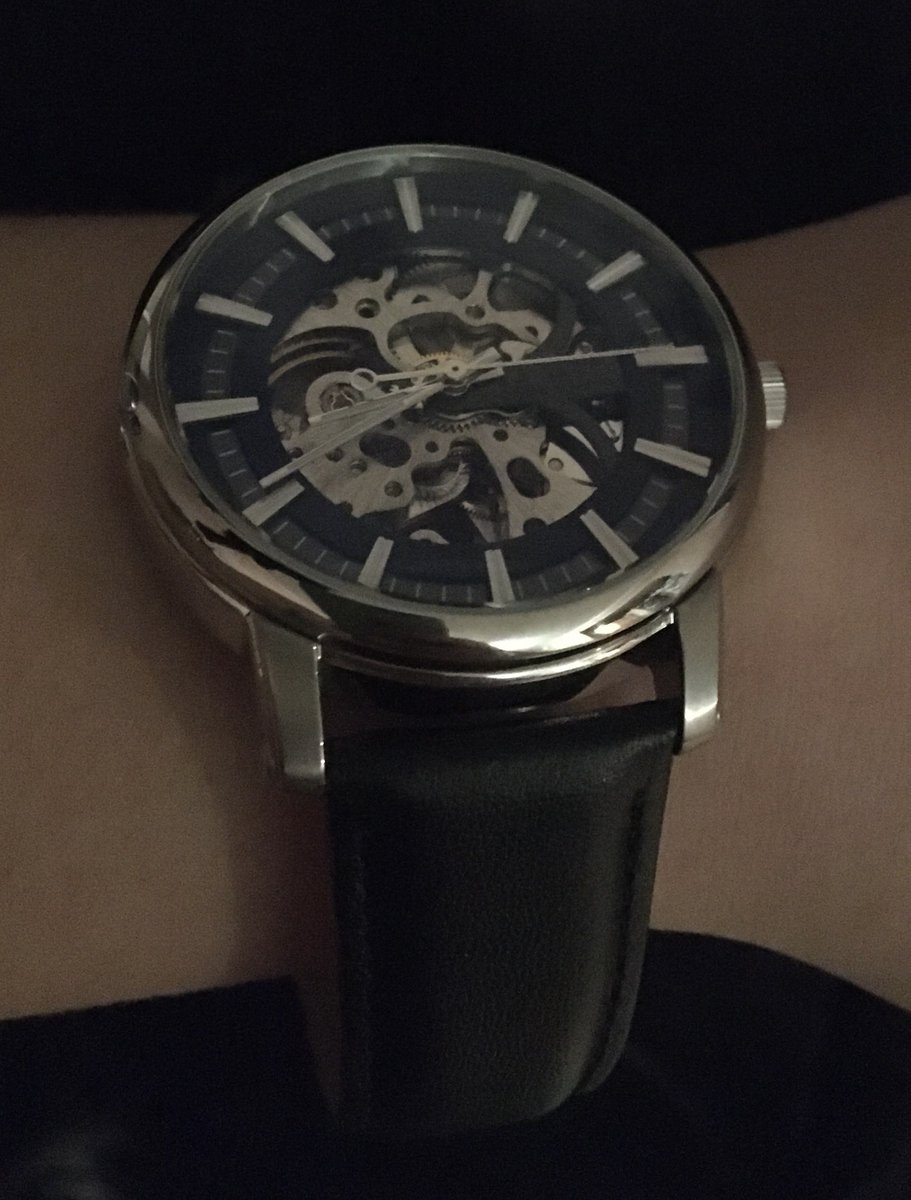 Часы хорошо смотрятся на руке, мужу понраивлись