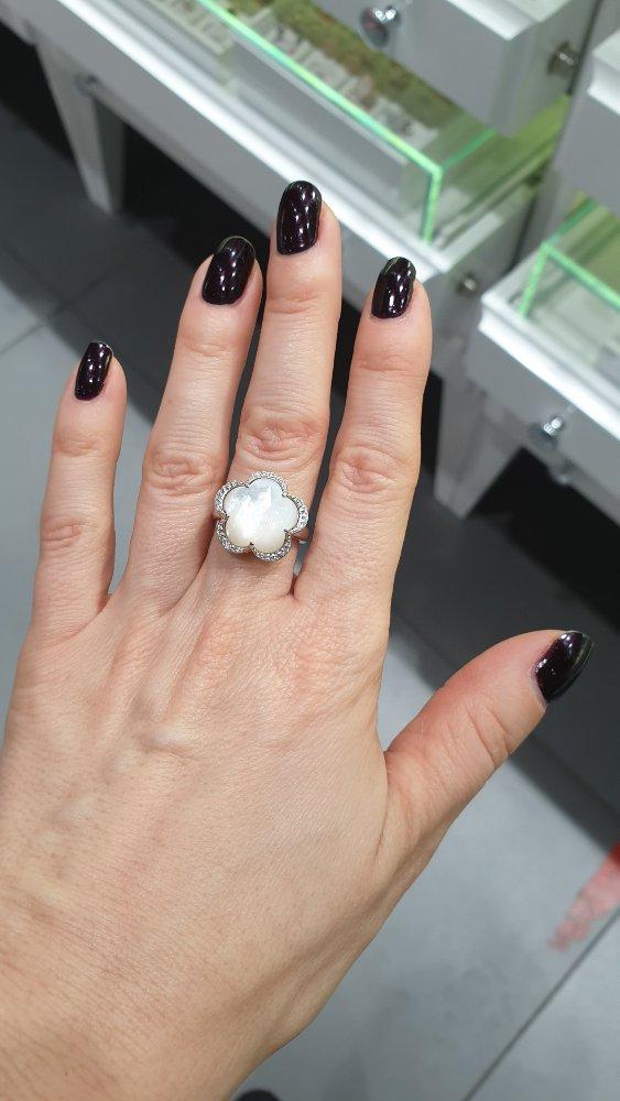 Прекрасное нарядное кольцо
