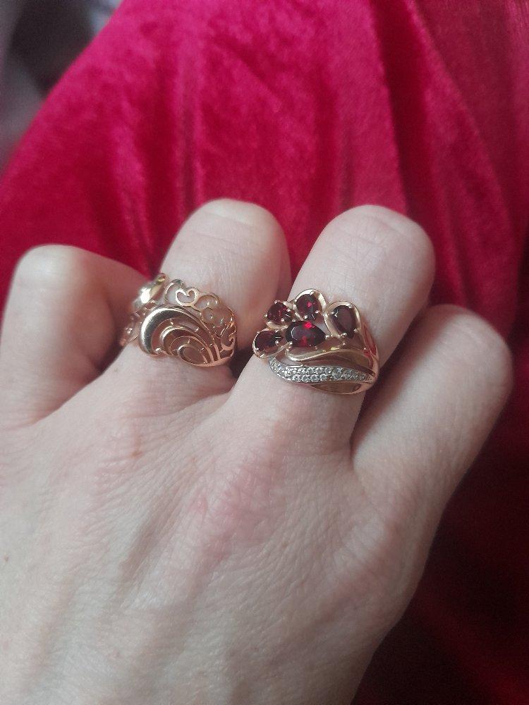 Золотое кольцо изящное не громозкое но и не маленькое.