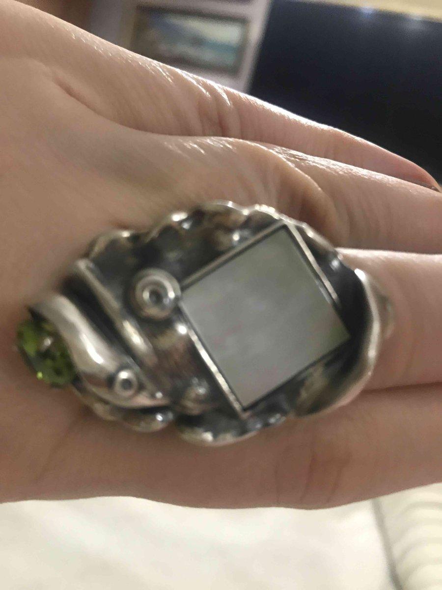 Кольцо с перламутром  и хризолитом