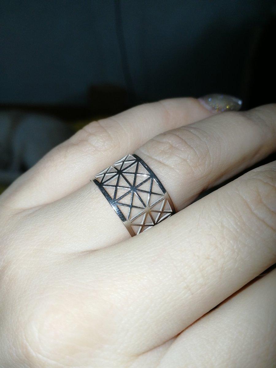 Кольцо прекрасное, но пришло с повреждением.