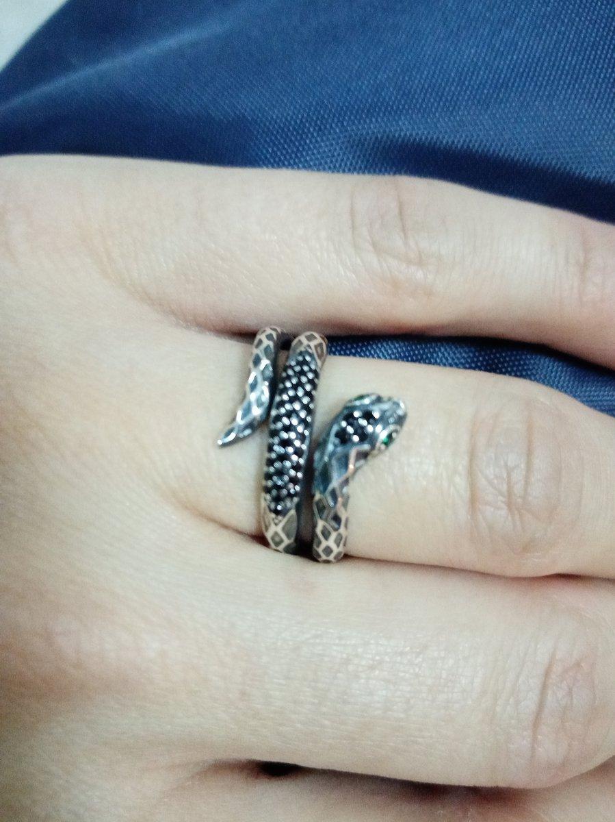 Кольцо со змейкой.