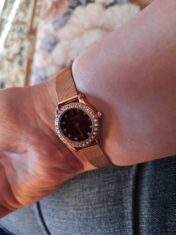 Купили часы,понравился дизайн  и цвет.
