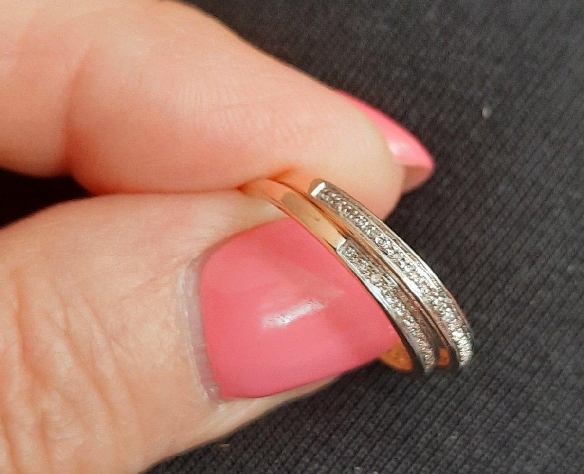 Золотое кольцо с дорожкой бриллиантов