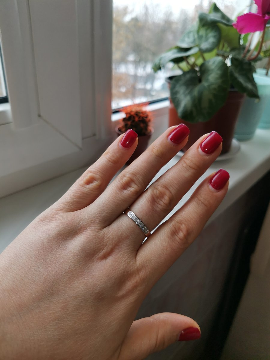 Очень красивое, нежное, бриллианты конечно крошечные, но сияют!!! спасибо!