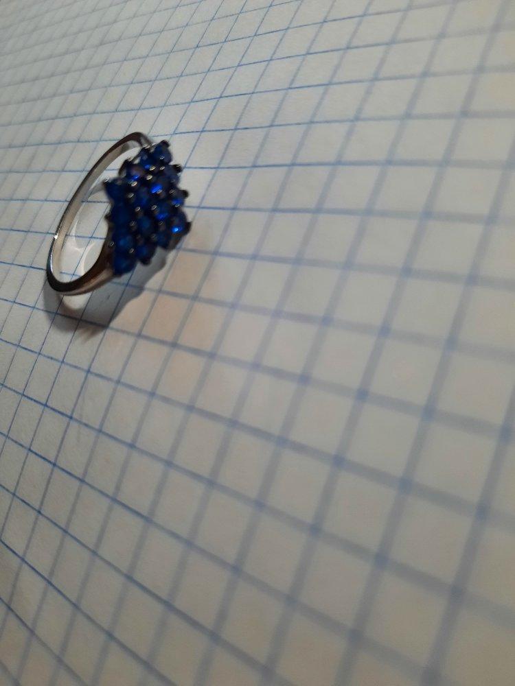 Миниатюрное колечко с синими фианитами.