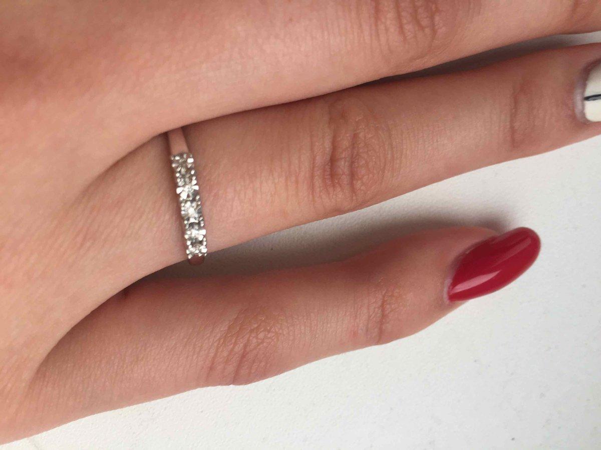 Очень красивое кольцо и камешки блестят на солнце прекрасно
