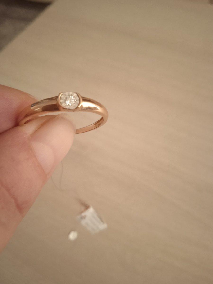 Красивое колечко с бриллиантом