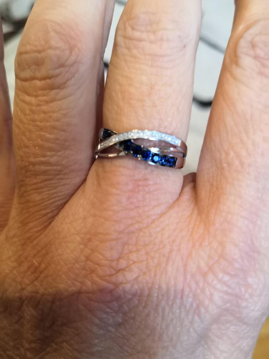 Кольцо с бриллиантами и сапфирами.