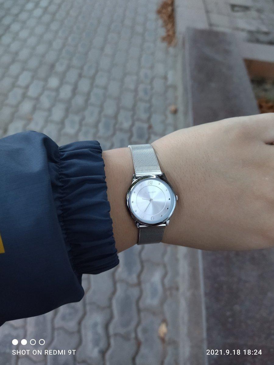Часы серебряного оттенка