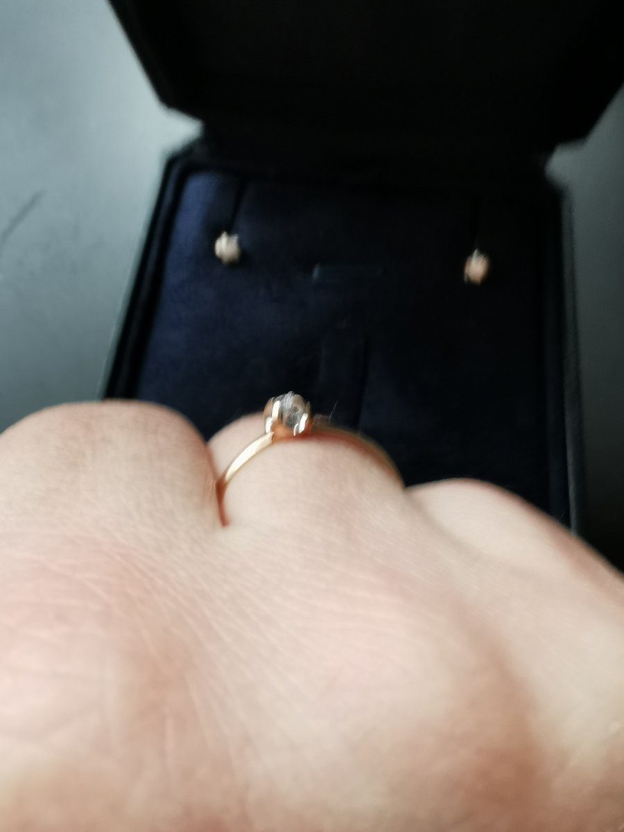Прекрасное миниатюрное колечко, с немаленьким камушком 🤗
