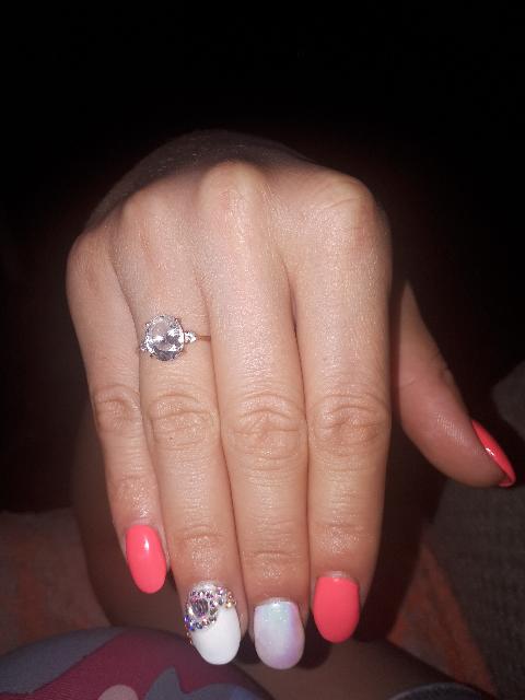 Милое кольцо. Подчёркивает нежность рук.😀😀😀