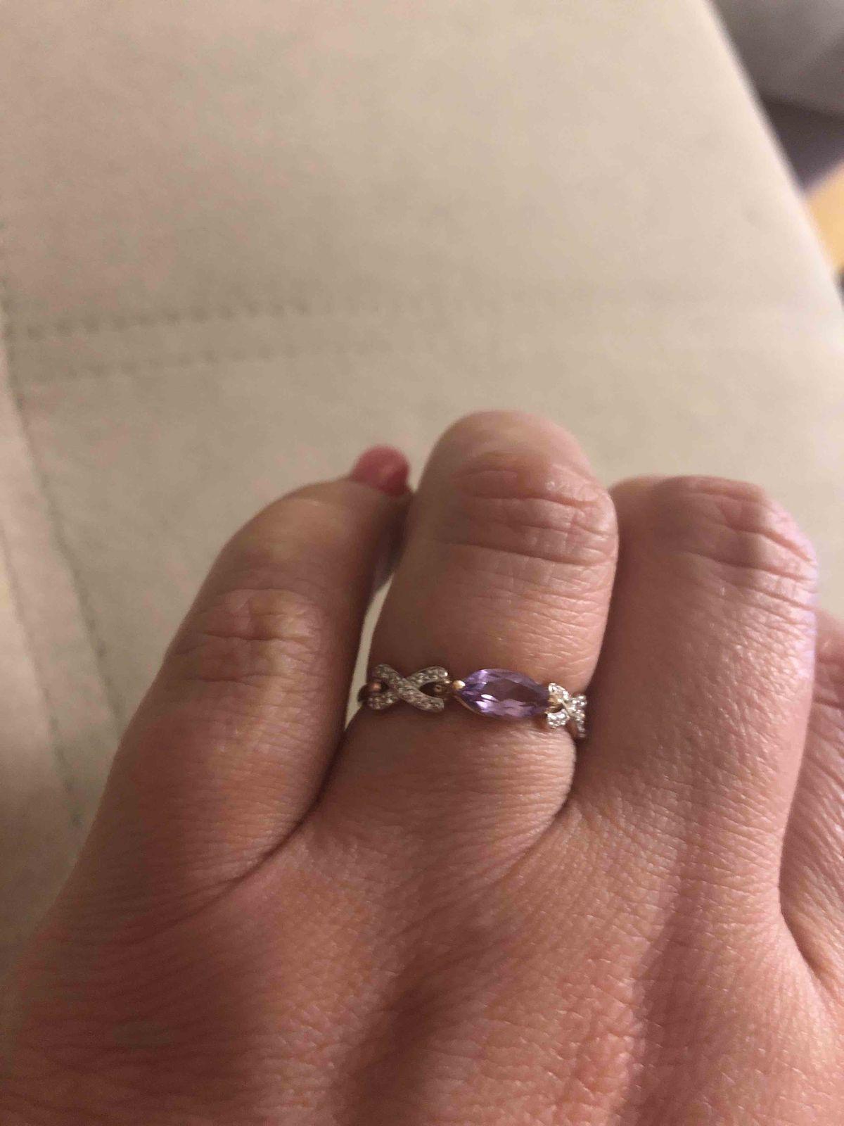 Красивое кольцо . смотрится очень изящно.