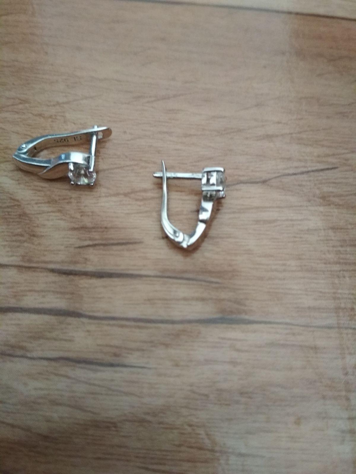 Серебряные серьги с фианитами,очень красивые , сочетаются со всем !