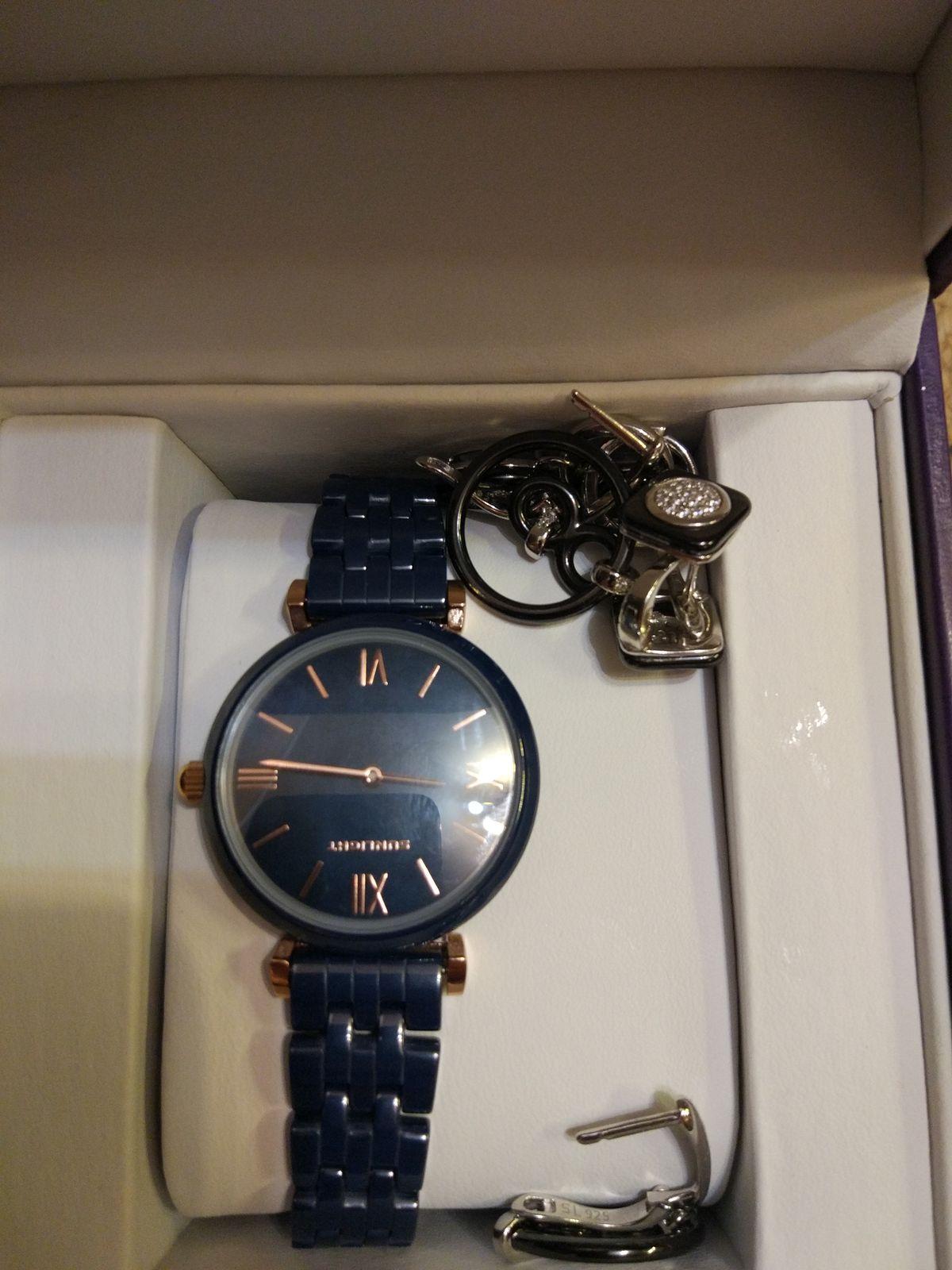 Очень красивые часы. Продавцы помогают определиться с выбором, очень вежли