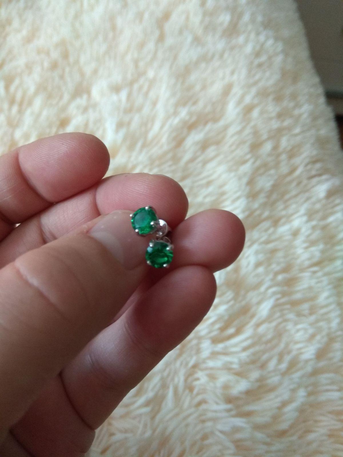 Серьги серебряные с зелёными  фианитами.