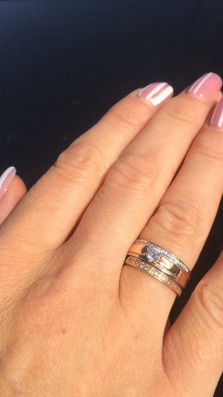 Кольцо золотое с белым золотом литое с мелкими камнями и крупным, пробы 585