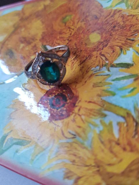 Кольцо с изумрудами и бриллиантами, о чём и мечтала))