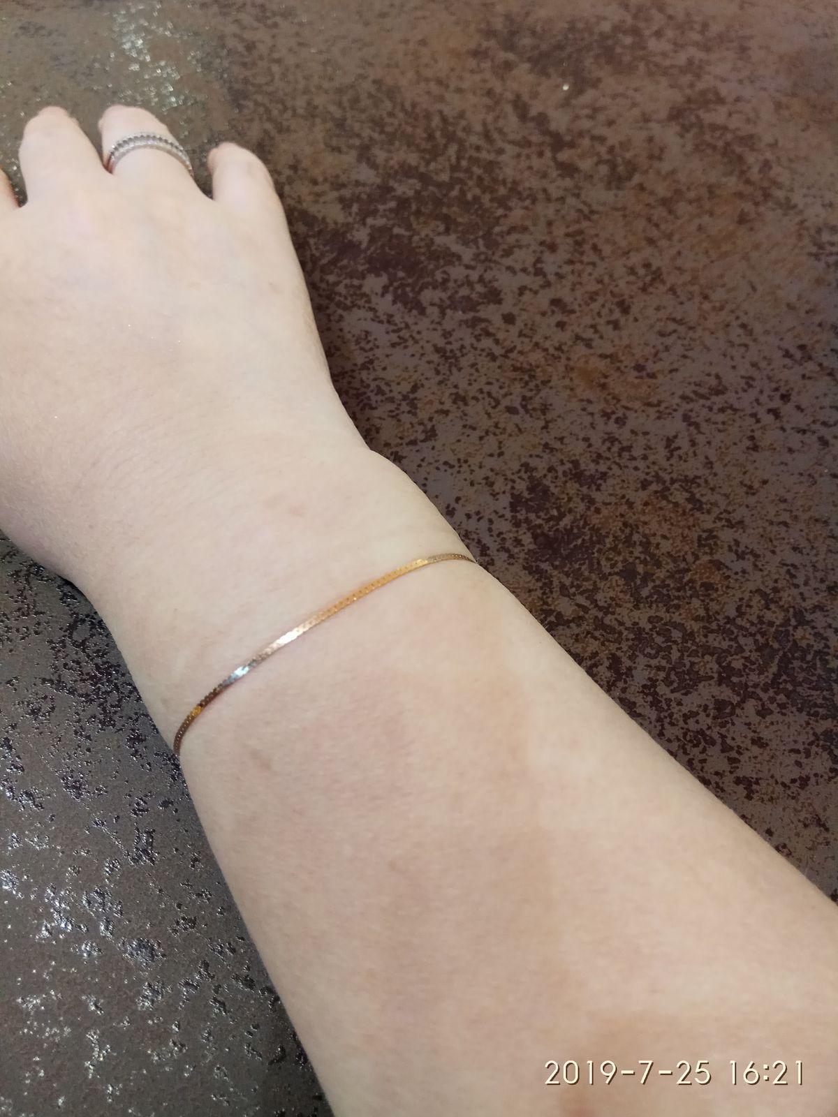 Нежный золотой браслет.