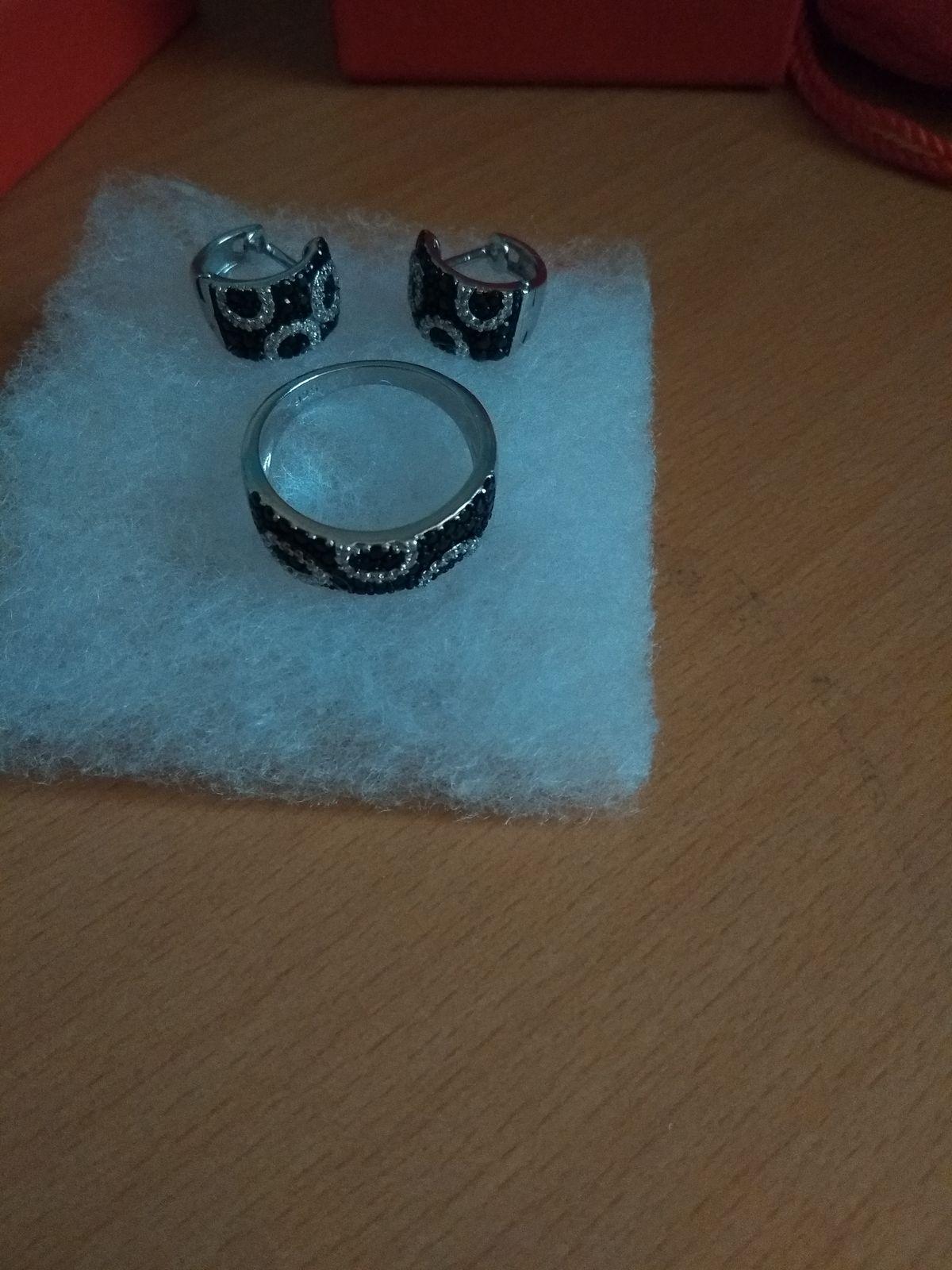 Серебряное кольцо с черными фианитами