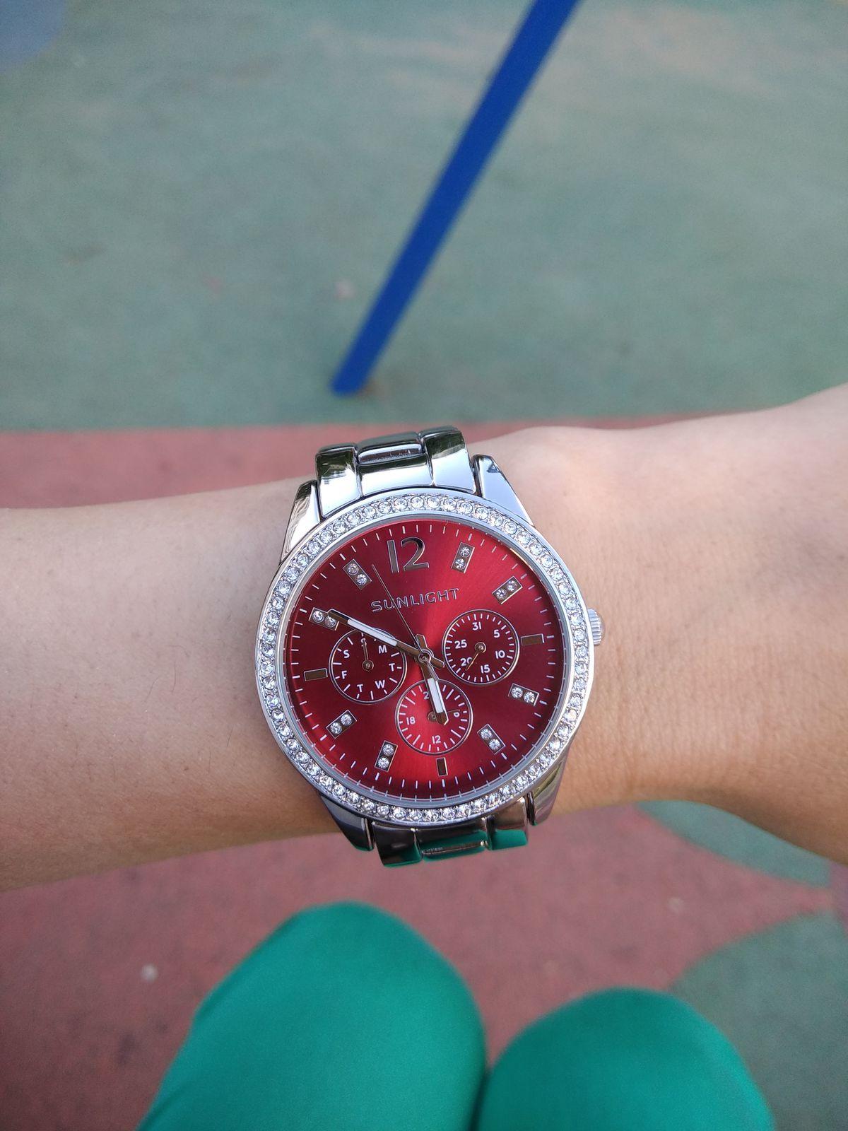 Часы с красным циферблатом