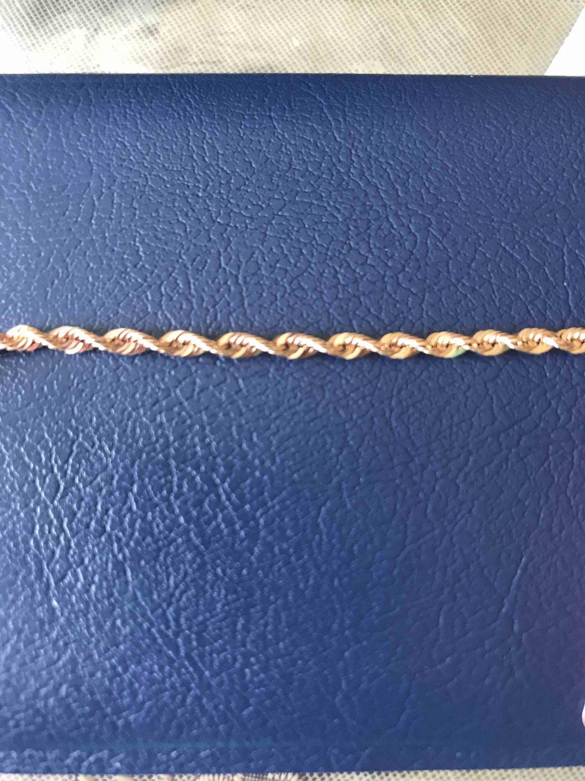 Красивый и нежный браслет