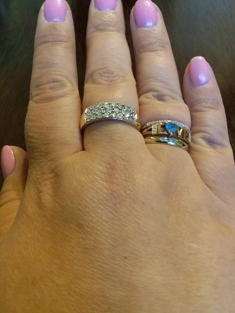 Кольцо шикарное. Смотрится богато. Я его получила на свой день рождения.