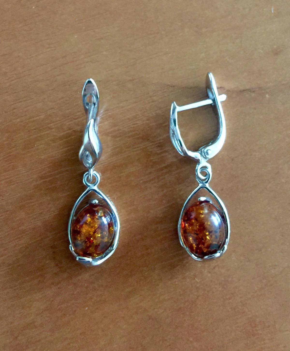 Серебряные сережки с янтарной вставкой