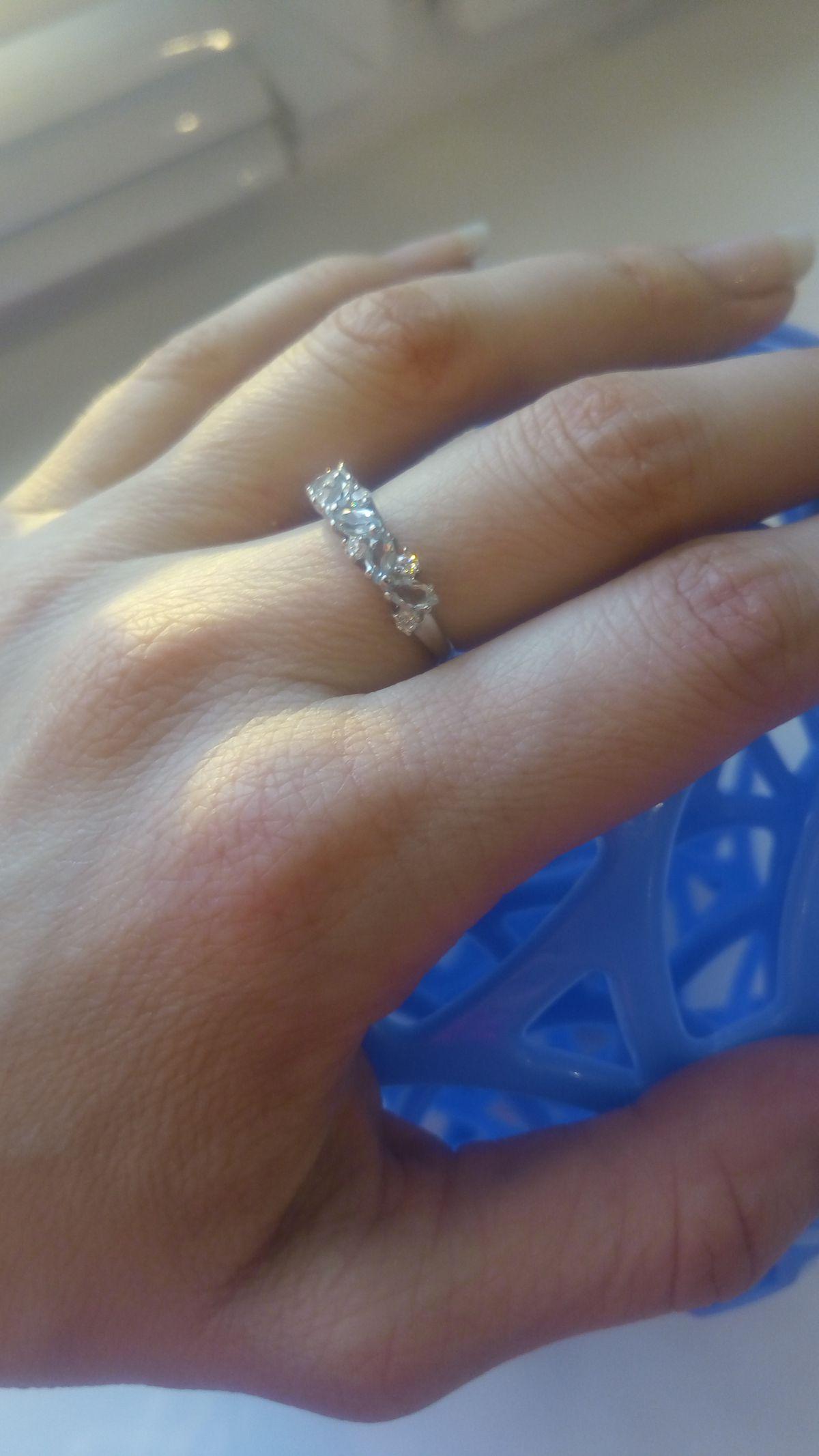 Нежное кольцо с топазами