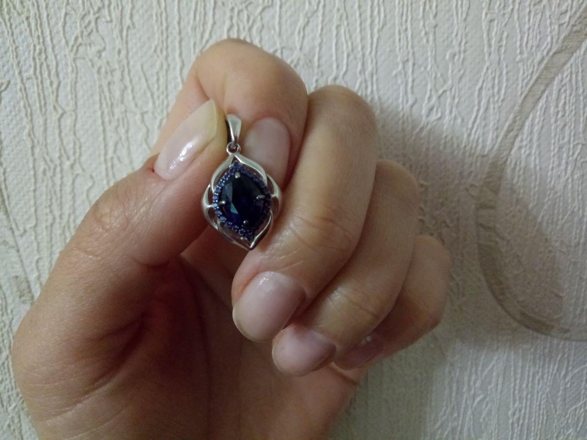 Подвеска с глубоко синим камнем