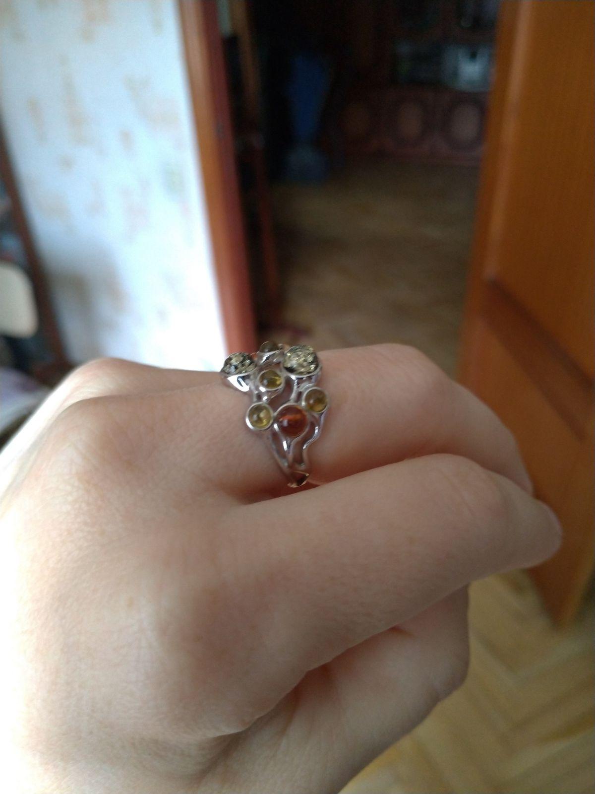 Красивое кольцо с шариками янтаря. У меня оно больше зелёного цвета.