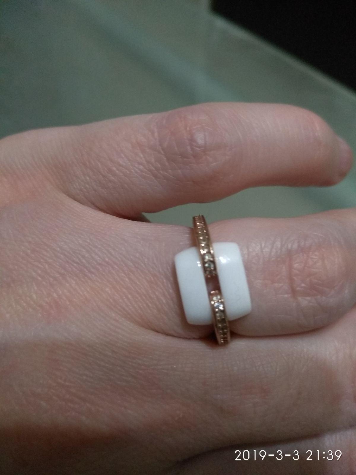 Изумительное кольцо с квадратной, фарфоровой вставкой и мелкими камнями.
