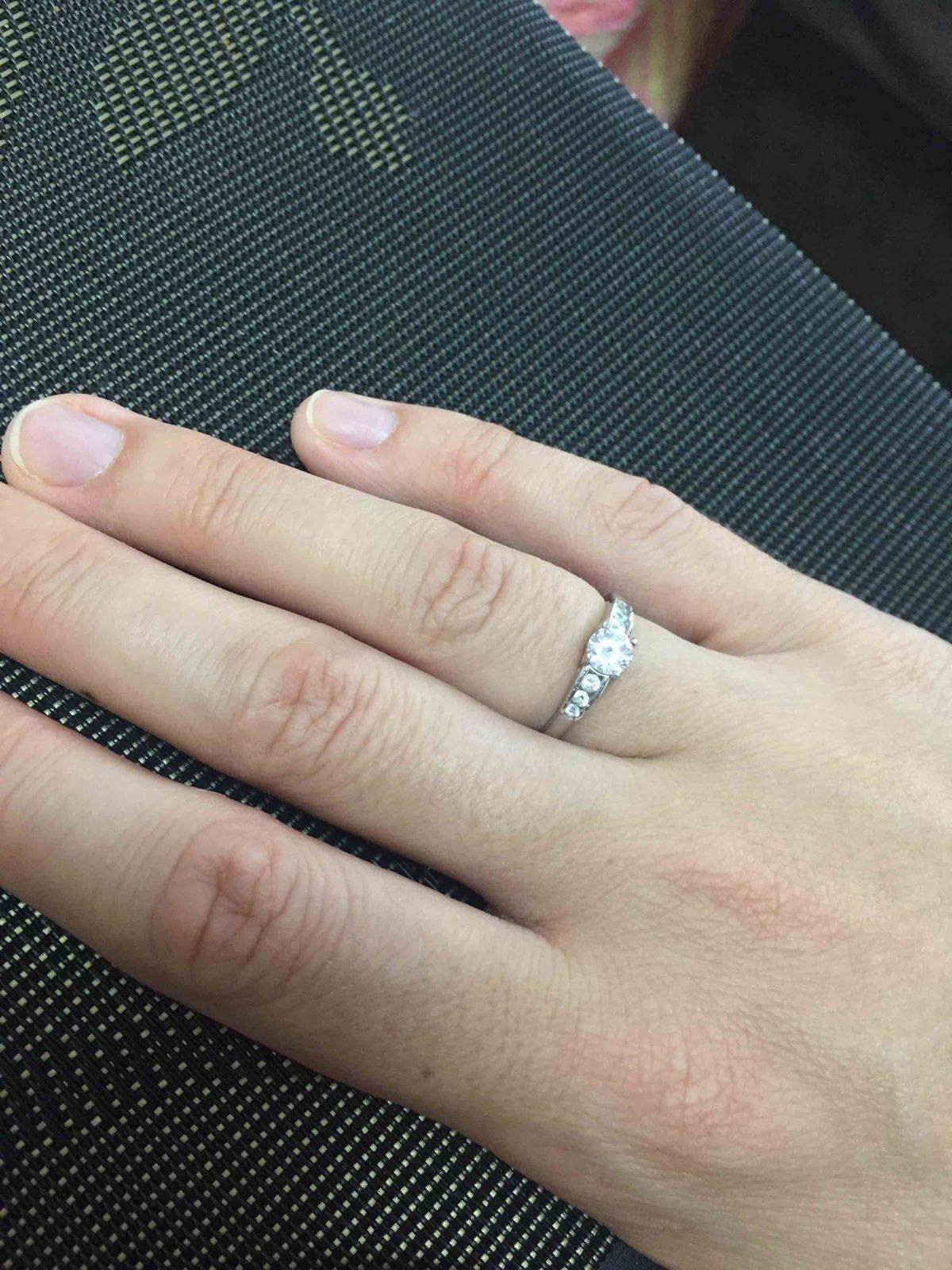 Кольцо смотрится нежно и красиво