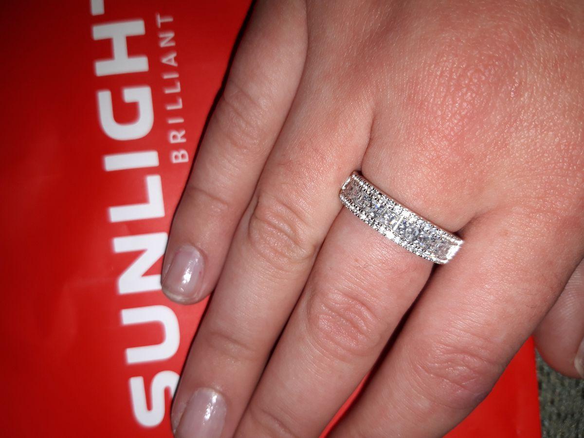Кольцо очень красивое, переливается,  на руке смотрится оболденно ❤❤❤❤