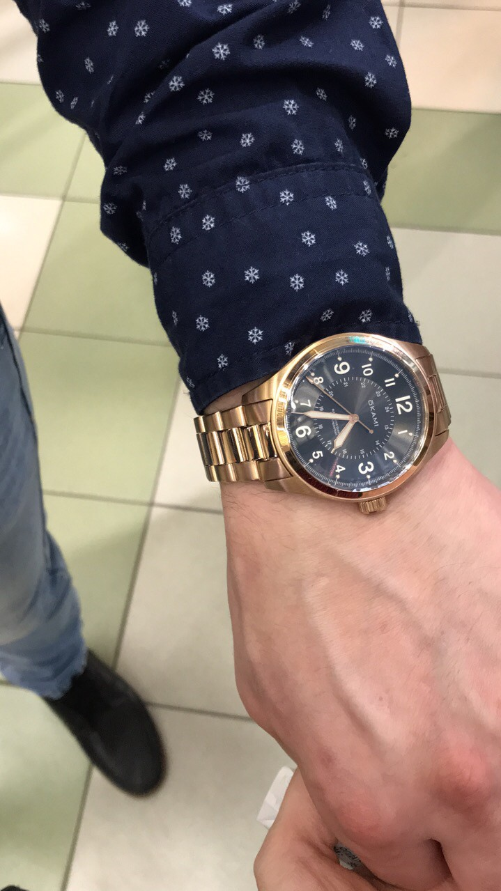 Часы мужские,золотистого отенка с черным цеферблатом,и за разумную цену!)))