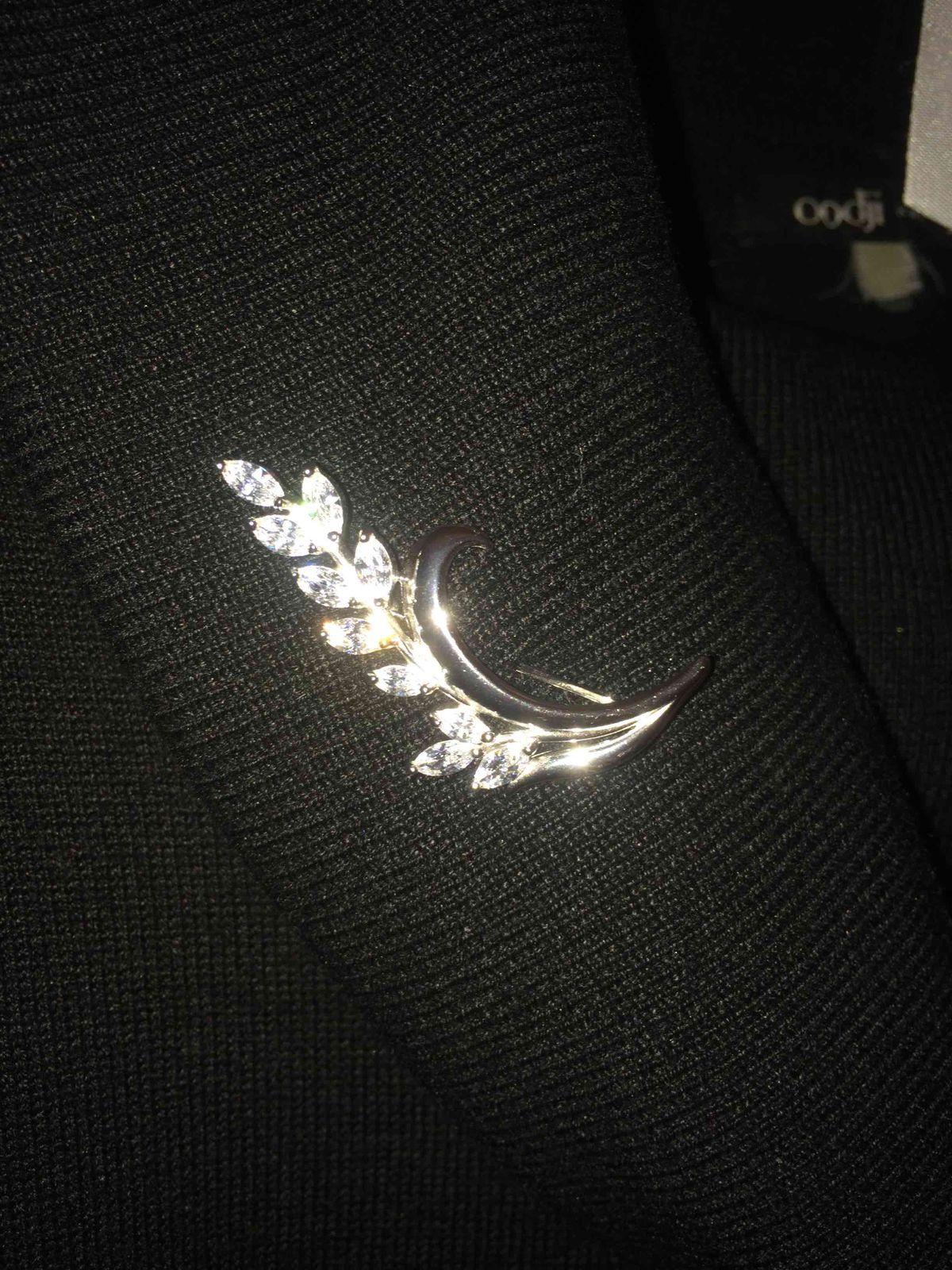 Изящная серебряная брошь с фианитами-элегантный штрих к   нарядному образу.
