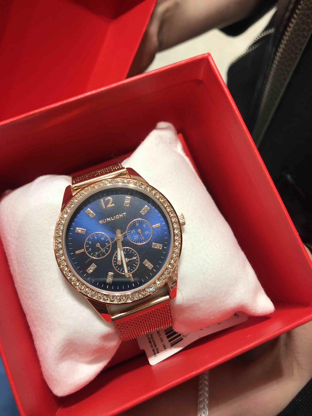 Часы золотого цвета с синим цифирблатом